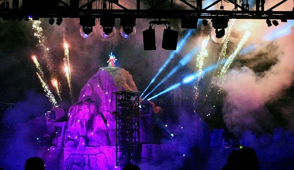 Mickey Aprendiz de Feiticeiro no show Fantasmic!, parque Disney's Hollywood Studios