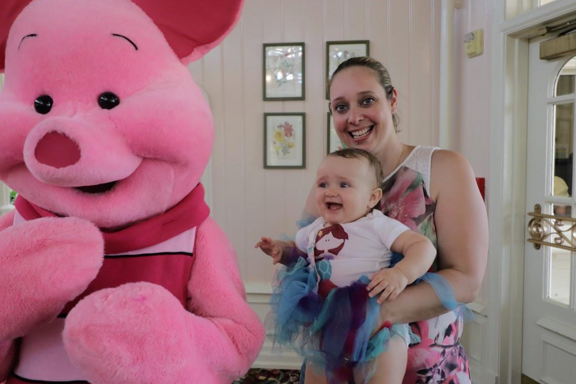 Nossa amiga Juliana Novicki apresentando o Piglet à sua filha