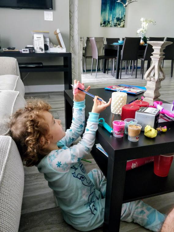 Brincando com brinquedos novinhos na casa alugada em Orlando