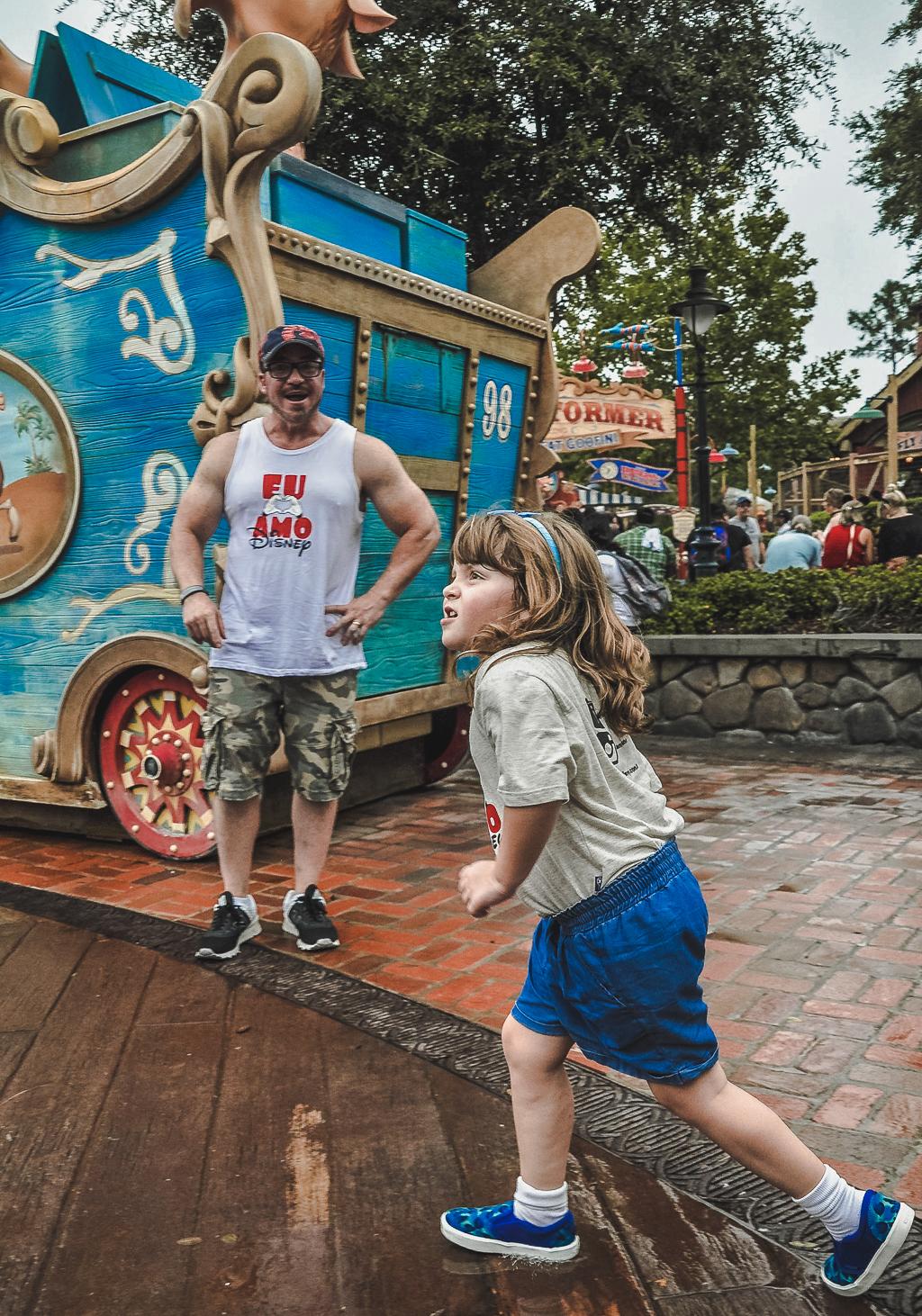 É importante levar roupa e calçados adicionais para crianças por causa dos Playgrounds molhados