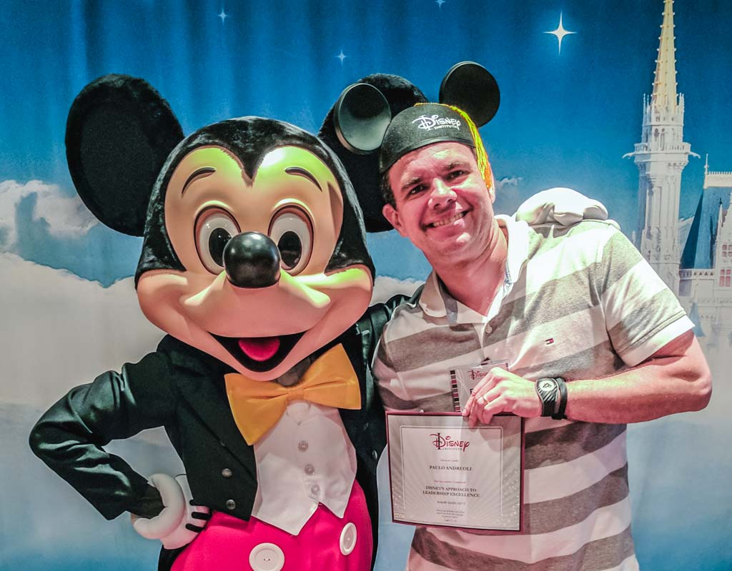 Earning my Ears (recebendo o diploma) ao final do curso no Disney Institute