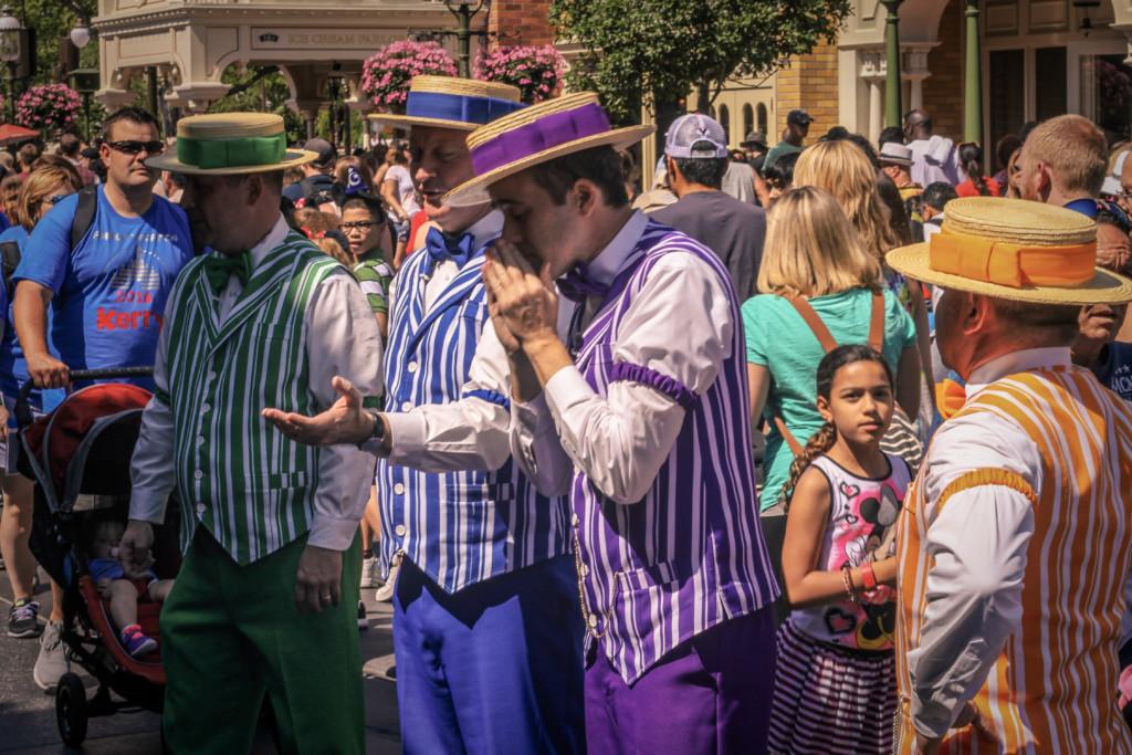 Dapper Dans se apresentando na Main Street U.S.A. em dia de Magic Kingdom lotado