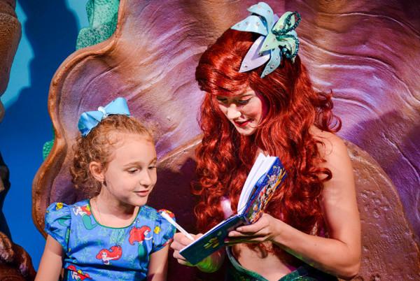 Ariel assinando o livro de autógrafos da Martina