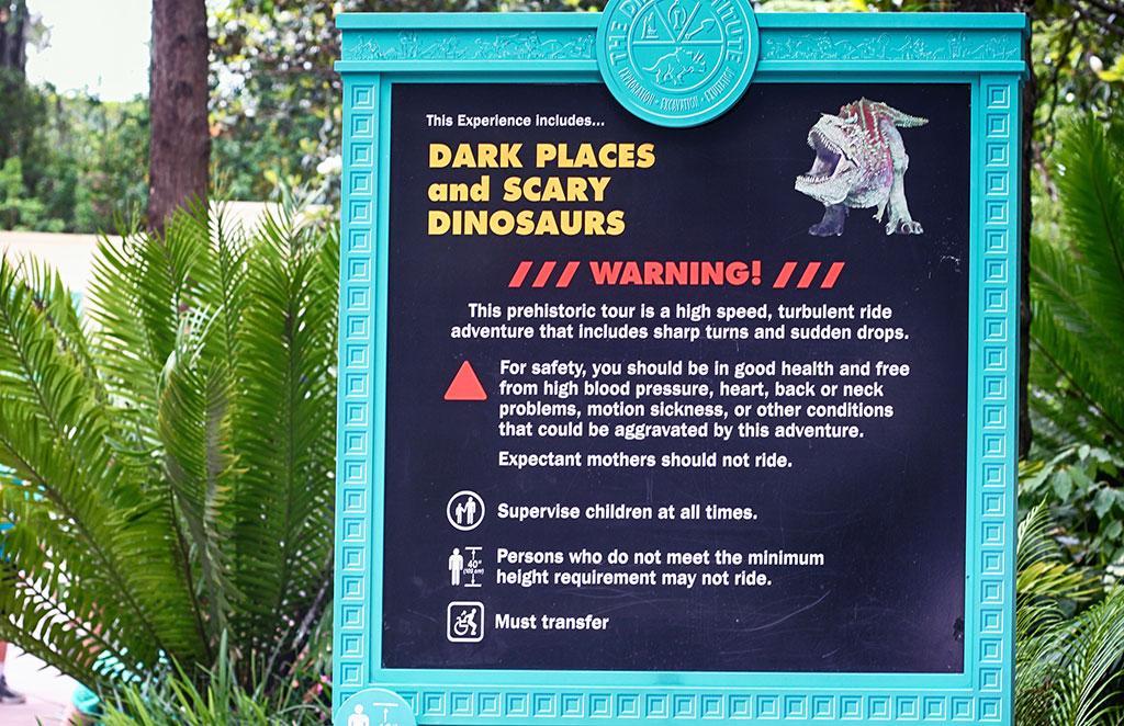 Os alertas de segurança da atração DINOSAUR, no parque Disney's Animal Kingdom