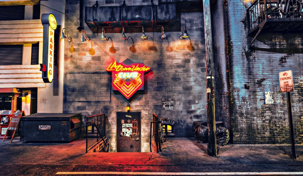 A entrada para o LA Down Under Club, onde supostamente os roqueiros se encontram, esta cena pode ser vista na área de embarca da atração Rock 'n' Roller Coaster