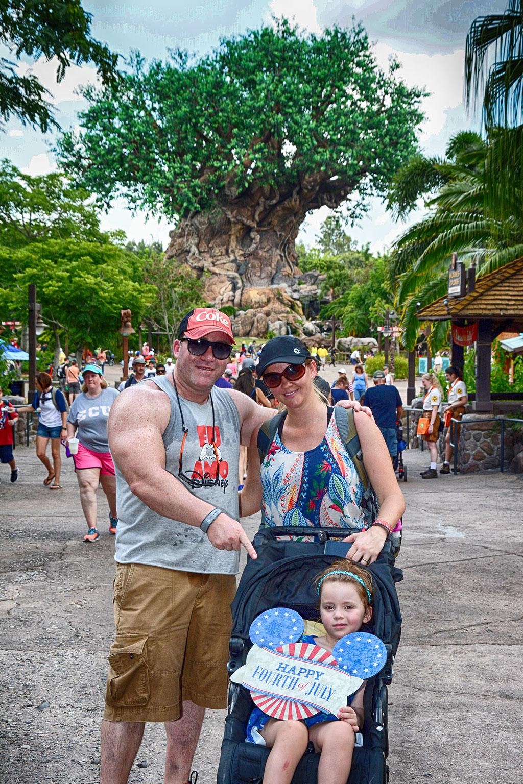 Família Pontoldio em frente à Árvore da Vida, no parque Animal Kingdom