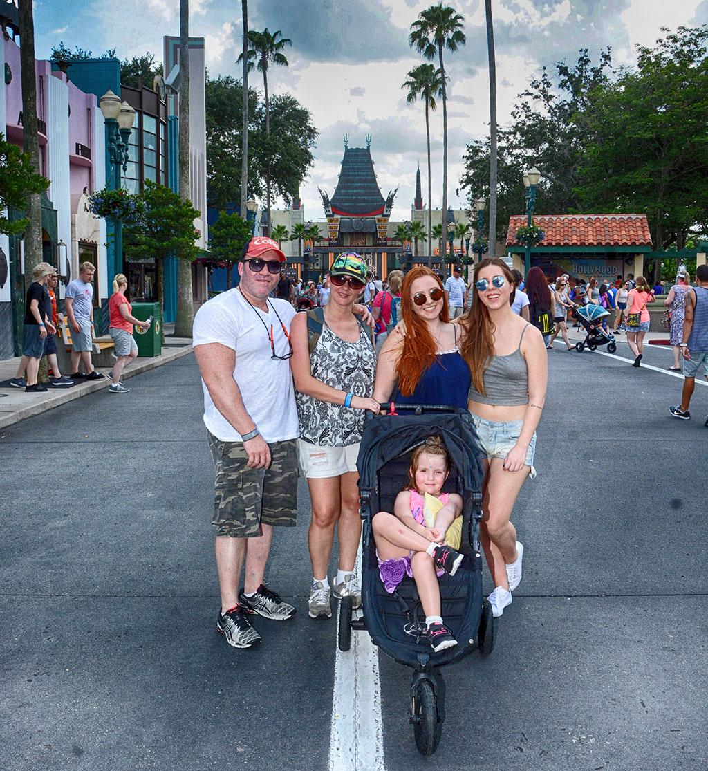 Família Pontoldio em frente ao Teatro Chinês, no parque Hollywood Studios