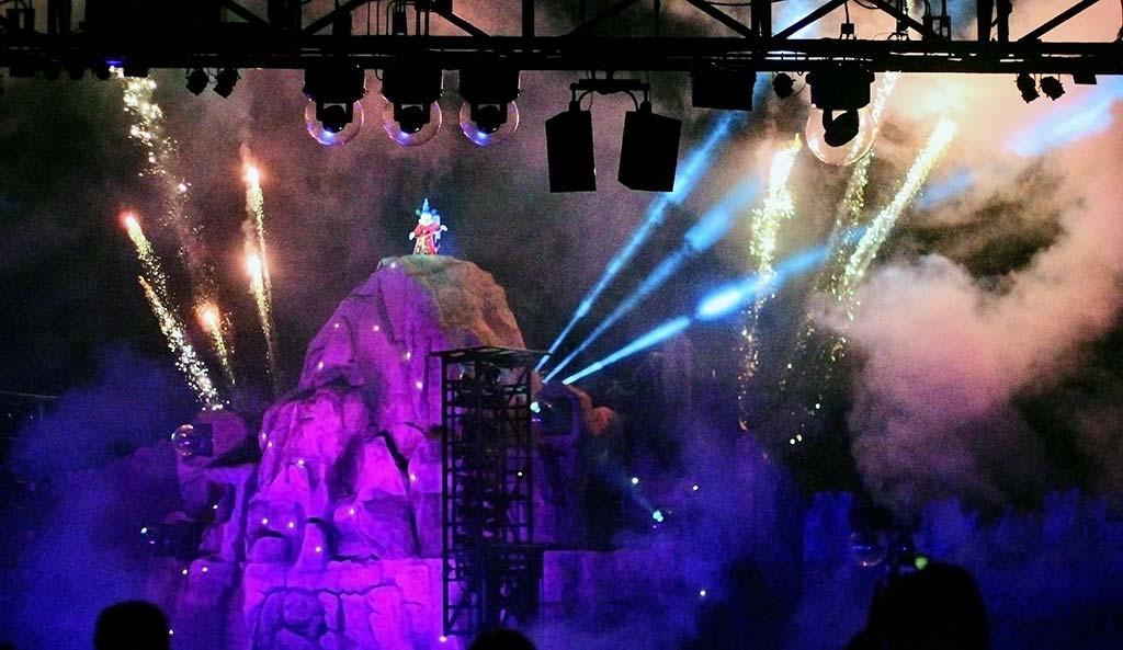 Mickey Aprendiz de Feiticeiro no show Fantasmic!, parque Disney's Hollywood Studios