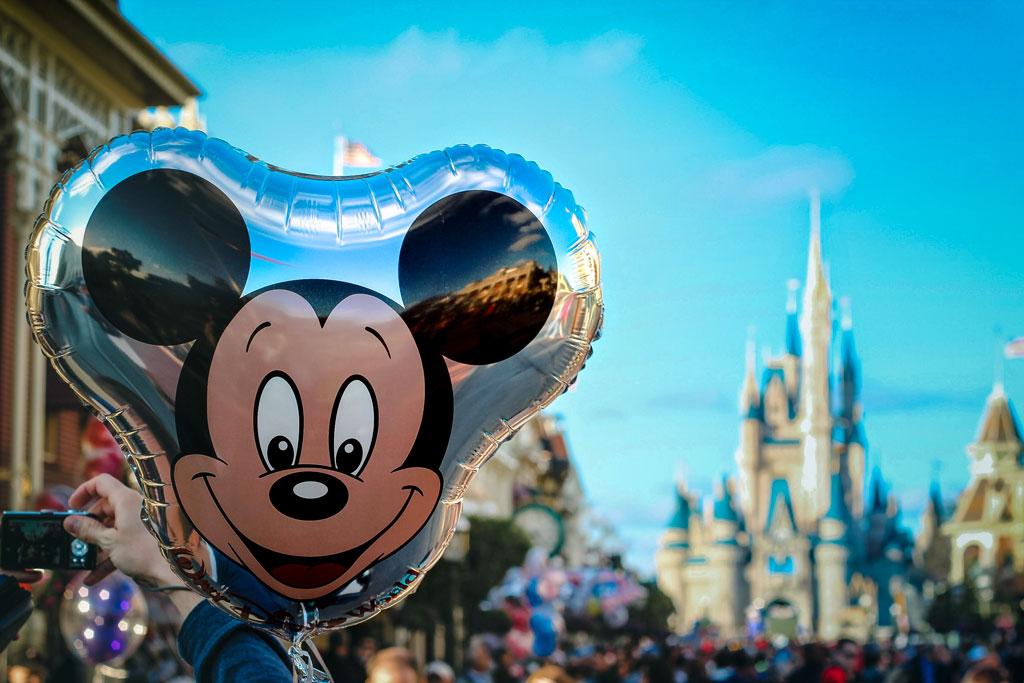 Balão do Mickey com Castelo da Cinderela ao fundo