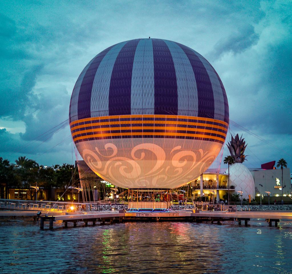 O balão ancorado em Disney Springs