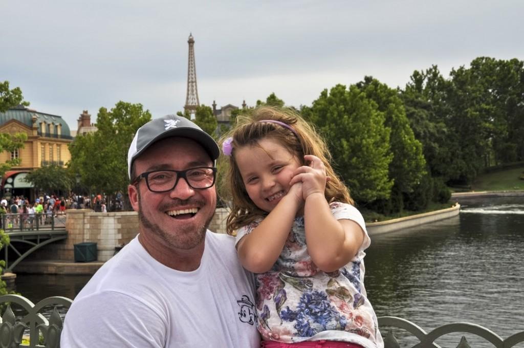 Erich Pontoldio e Manu com a Torre Eiffel, no Pavilhão da França ao fundo