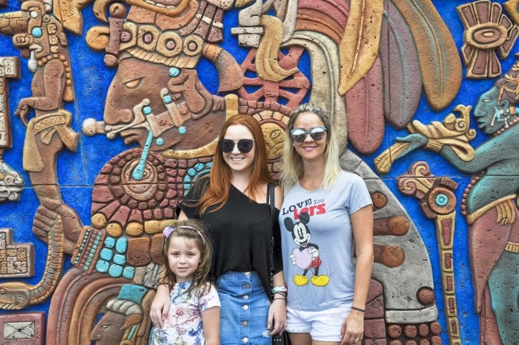 Manu, Gabriela e Carol no Pavilhão do México, parque Epcot