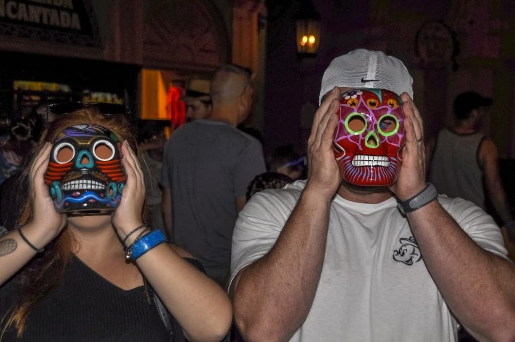 Erich e Gabriela usando máscaras mexicanas