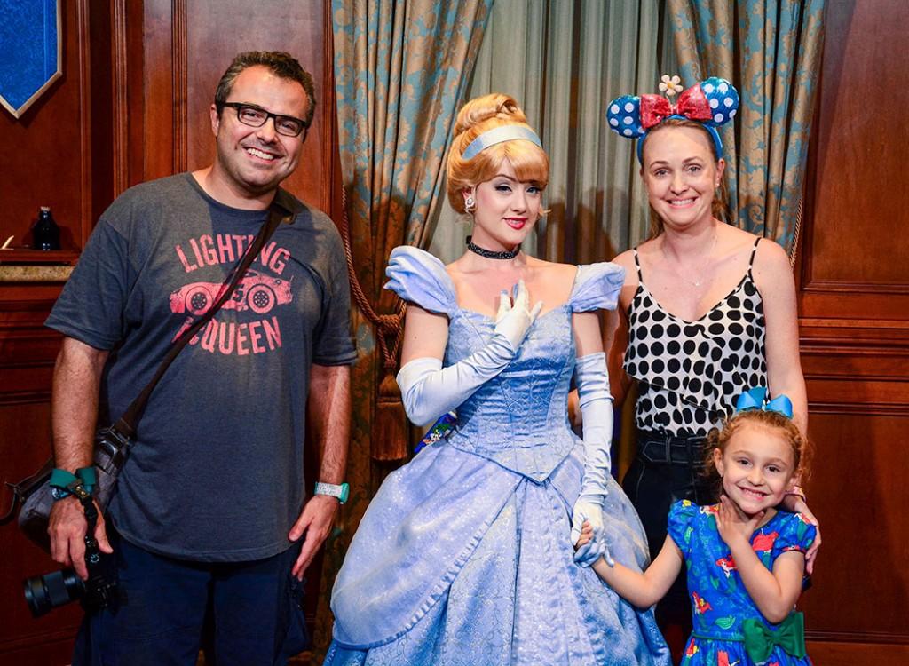 Família Darugna com a Cinderella no Meet & Greet da atração Princess Fairytale Hall