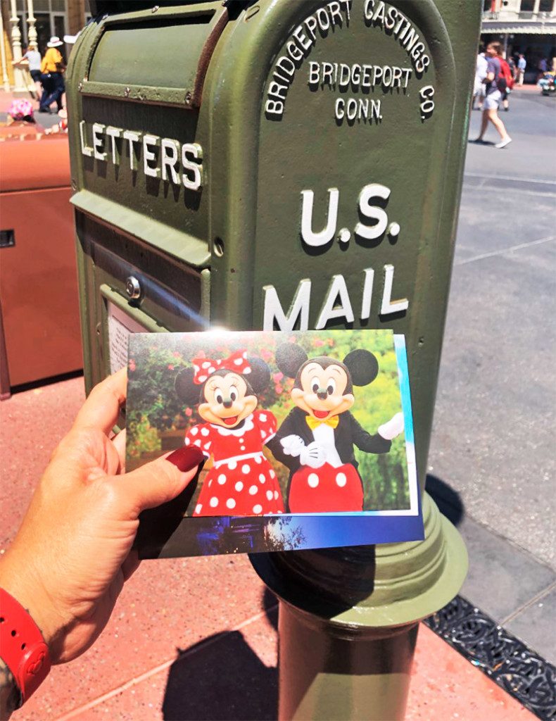 O momento do envio dos cartões postais diretamente do parque Magic Kingdom
